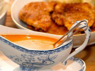Paprika flødesauce er perfekt tilbehør til panerede schnitzler og koteletter. Sovsen laves af hønsefond, paprika og fløde, og smages til med lidt gastrik. Foto: Madensverden.dk.