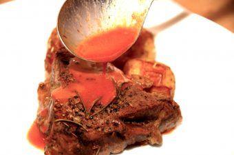 billede med rødvinssauce