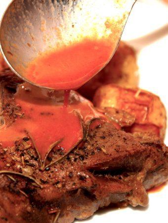 Nem rødvinssauce opskrift med kalvefond og tomat