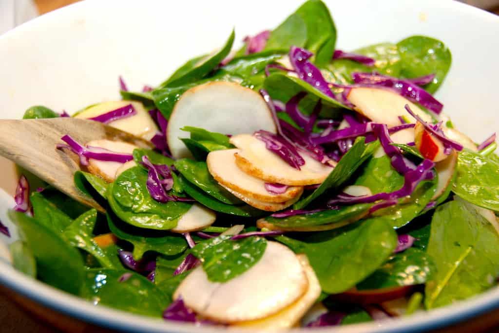 Salat med jordskokker, spinat og spidskål