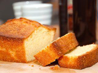 Nem sandkage med reven citronskal, der bages en time ved 170 grader.Sandkagen røres sammen på en bund af smør, og tilsættes skal fra en økologisk citron. Foto: Guffeliguf.dk.