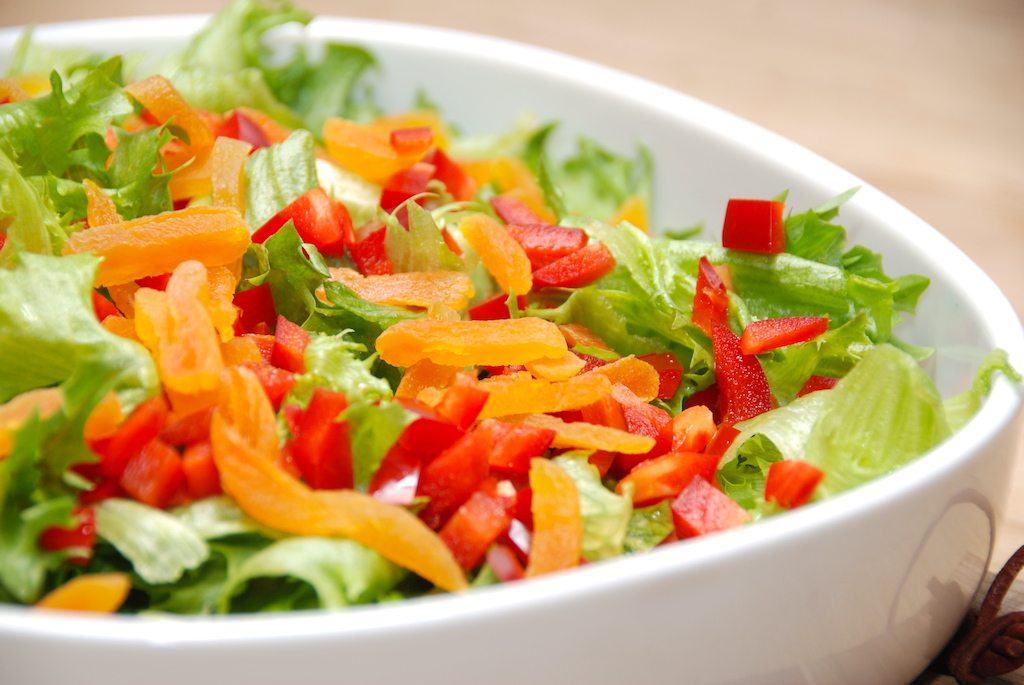 En både flot lækker sprød salat med tørrede abrikoser. Crisp salaten sørger for sprødheden, mens de tørrede abrikoser giver farve og smag til salaten. Foto: Guffeliguf.dk.