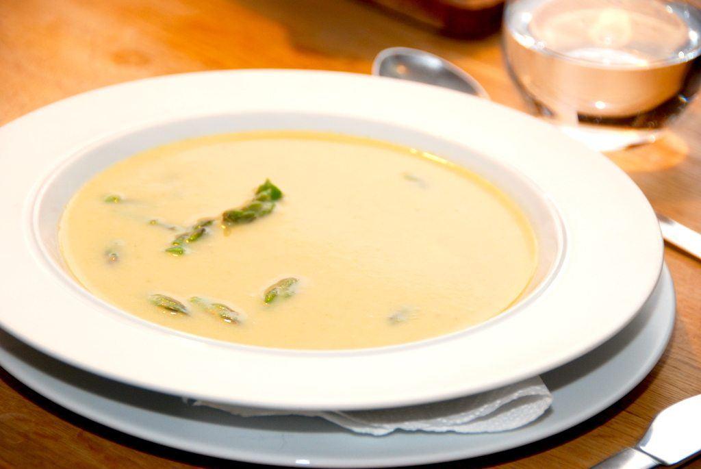 Cremet og god suppe med grønne asparges, der smager virkelig skønt. de grønne asparges koges møre i fond, og blendes med lidt fløde. Foto: Guffeliguf.dk.
