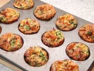 Velbagte og smagfulde æggemuffins med spinat, peberfrugt og bacon, der laves i en muffinsform. Bagetiden er 15 minutter, og æggemuffins er lækre på morgenbordet. Foto: Guffeliguf.dk.