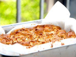 Dejlig æblekage med marcipan, der bages i et lille ildfast fad beklædt med bagepapir. Foto: Madensverden.dk.