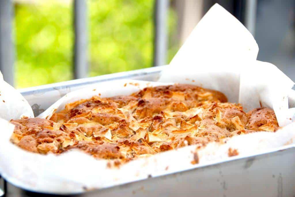 Hjemmebagt æblekage med marcipan og kanel