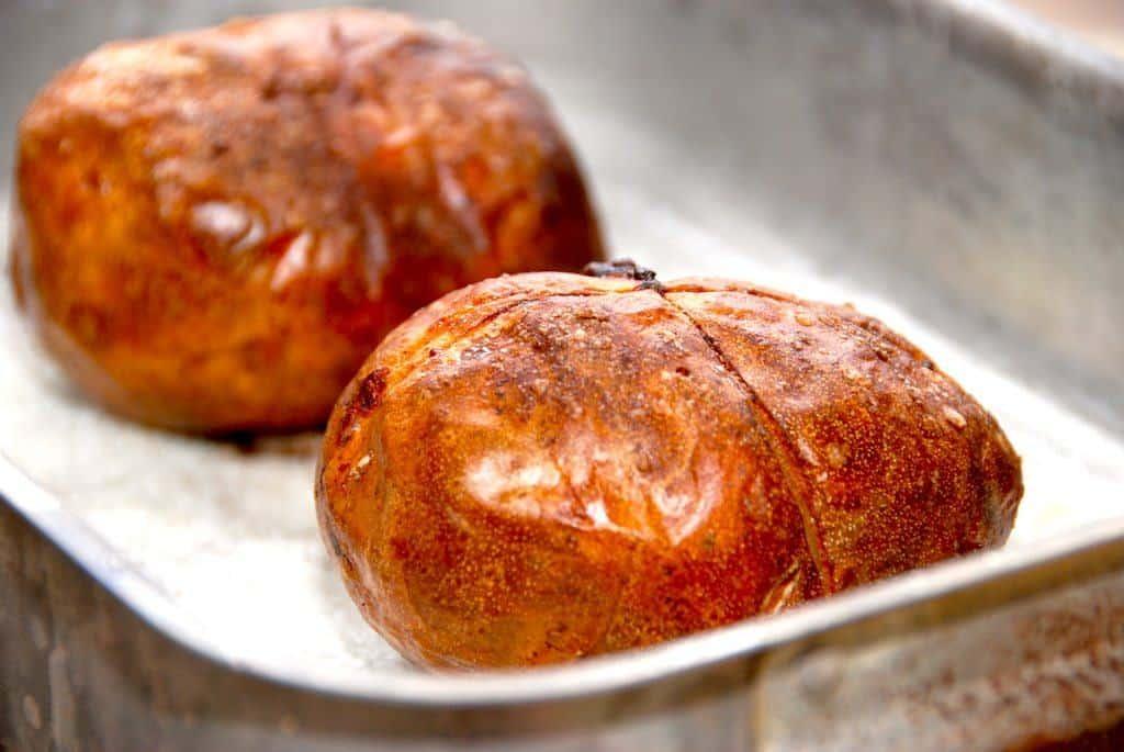 Sådan ser de bedste bagekartofler ud efter en god tur i ovnen. Smør bagekartoflerne med olie, og bag dem i en time uden sølvpapir. Foto: Madensverden.dk.