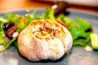 Bagte hvidløg er dejligt tilbehør til blandt andet oksesteg. Skær toppen af hvidløgene, giv dem lidt smør og bag dem i ovnen i cirka 20 minutter. Foto: Madensverden.dk.