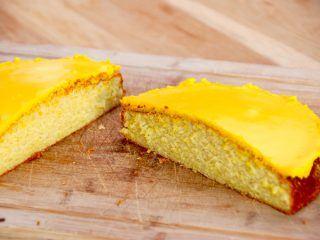 Her er den bedste citronmåne, som smager meget bedre end den velkendte fra døgnkiosken. Citronmånen deles på midten, og giver dig derfor to citronhalvmåner. Det er da smart. Foto: Madensverden.dk.
