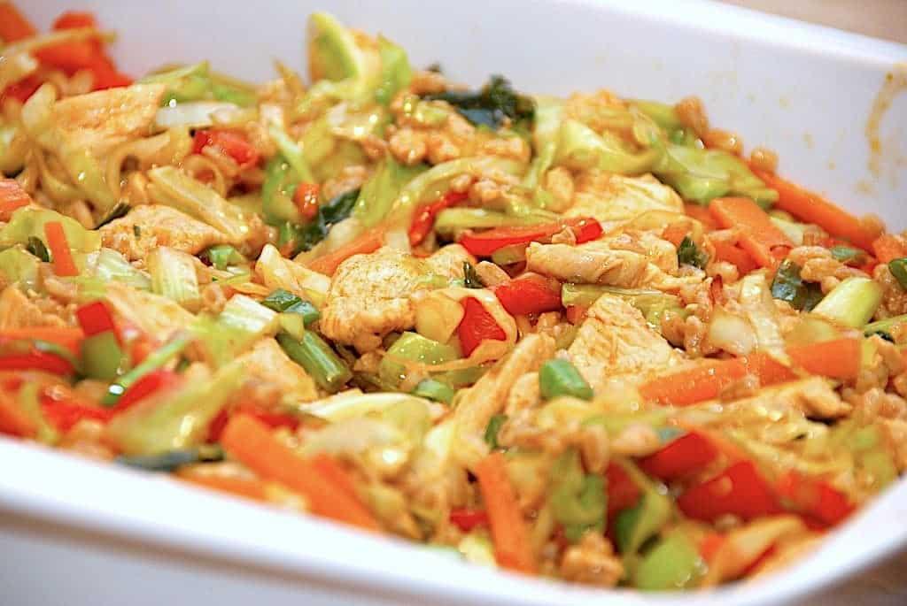 Lynstegt kylling med spidskål og soya