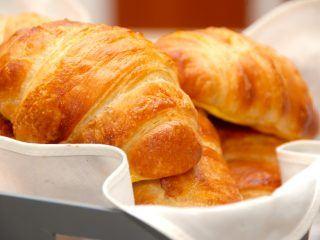 Med denne croissant opskrift er det nemt at bage disse franske fristelser selv. Lav gerne dejen dagen i forvejen, og så er det let at klargøre dejen når du skal bruge dine croissanter. Foto: Madensverden.dk.