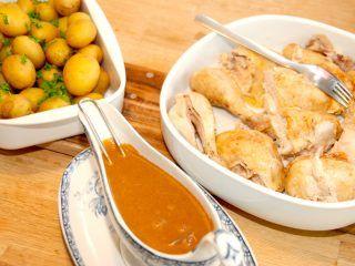 Sådan ser en gammeldags grydestegt kylling med persille og sovs ud. Kyllingen serveres med kartofler og kogte ærter. Foto: Madensverden.dk