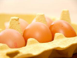 Det er både let og lækkert at lave en luftig omelet i ovn. Der skal bruges få ingredienser, og omeletten kan serveres med parmaskinke og dampede asparges. Foto: Guffeliguf.dk.