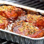 Se lige dette lækre kød. Grillet nakkefilet med hvidløg, og kødet bliver mørt som smør. Samtidig er det en meget billig ret, da udskæringen er billig. Foto: Guffeliguf.dk.