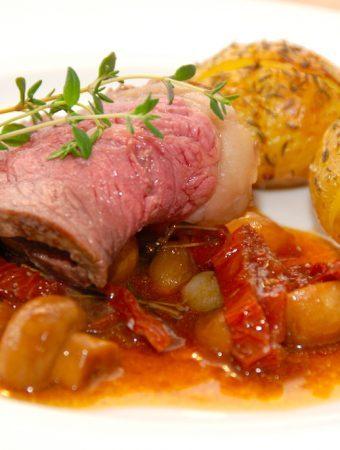 Grydestegt oksefilet med soltørrede tomater og champignon