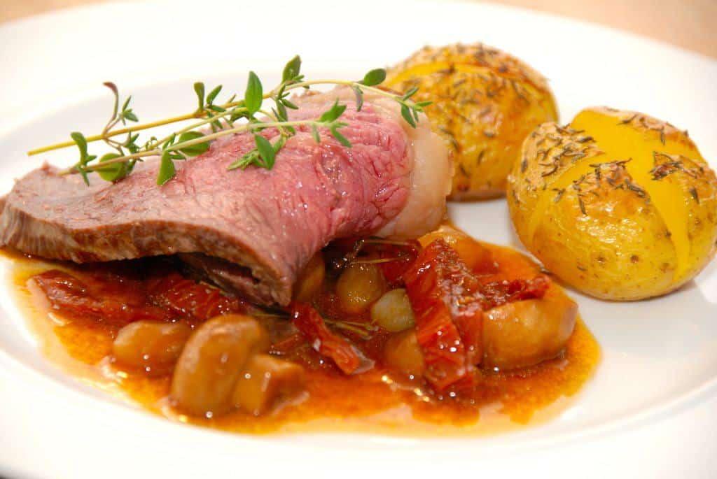 Grydestegt oksefilet med soltørrede tomater og champignon er mad med masser af smag, og så er det slet ikke så svært at lave. I gryden kommes også perleløg og kalvefond, og derfor får du fremragende tilbehør og stegesky til kødet. Foto: Madensverden.dk.