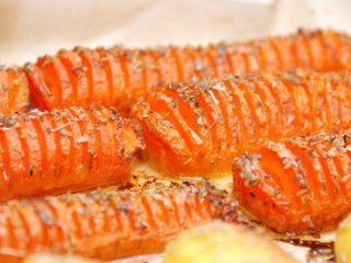 Lækre hasselback gulerødder, der selvfølgelig er inspireret af de velkendte hasselback kartofler. Gulerødder pensles med smør og drysses med timian, inden de steges møre i ovnen. Foto: Madensverden.dk.