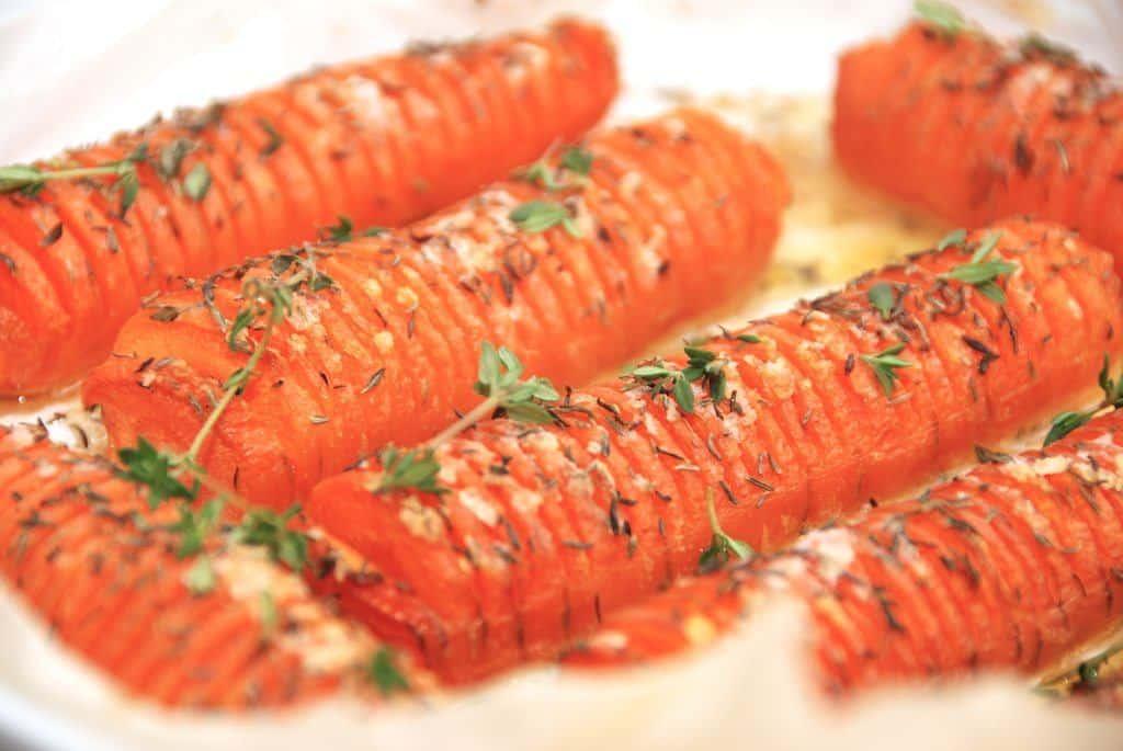 Hasselback gulerødder med timian