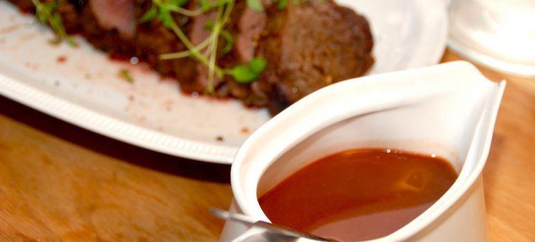 Helstegt oksemørbrad med sauce bordelaise er lækker gæstemad, der virkelig forkæler smagssanserne. Bordelaise passer perfekt til oksemørbraden, og du kan servere det med en røsti til. Foto: Guffeliguf.dk.