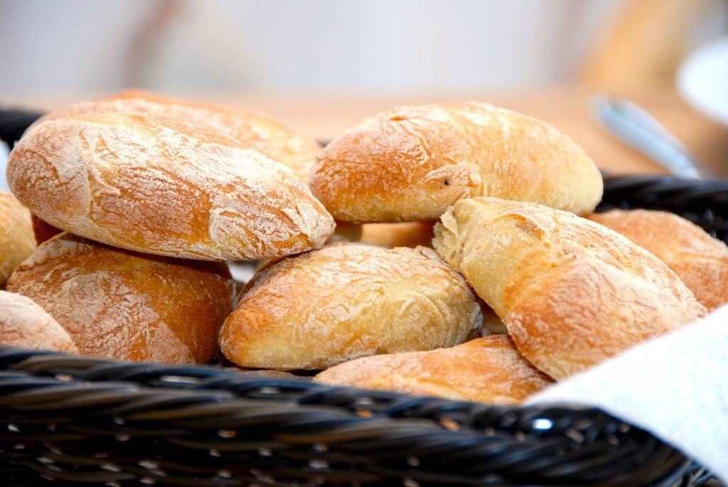 Lækre og hjemmebagte durumbrød med sprød skorpe. Det er fremragende madbrød med masser af smag. Foto: Guffeliguf.dk.