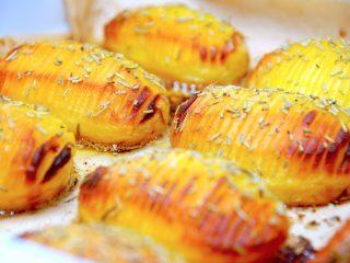 Hjemmelavede hasselback kartofler med smør, der også drysses med idt rosmarin eller timian. Foto: Madensverden.dk.