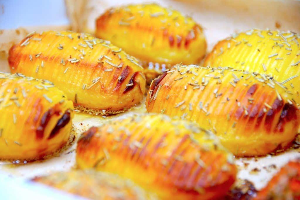 Hjemmelavede hasselback kartofler med smør