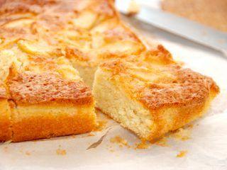 En helt uimodståelig, lækker og hjemmelavet æblekage, der laves af en luftig dej. Æblekagen bages en time i ovnen, og serveres med flødeskum eller creme fraiche. Foto: Guffeliguf.dk.