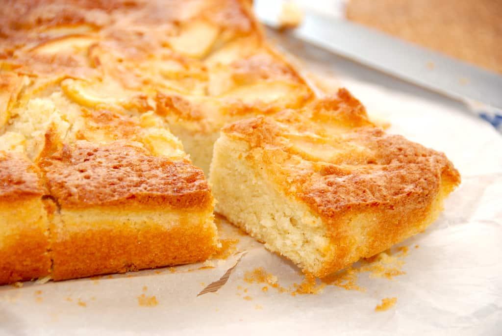 Hjemmelavet æblekage - kage med æbler