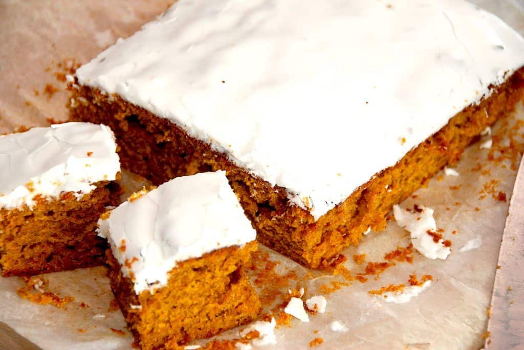 En meget lækker og luftig hjemmelavet gulerodskage i bradepande, der passer godt til kaffen, Gulerodskagen pyntes med et lag glasur. Foto: Guffeliguf.dk.