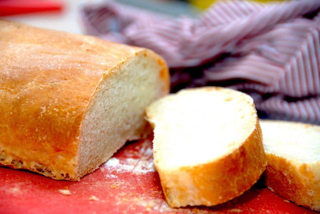 Hjemmelavet italiensk brød, der bages på en tipo 00 hvedemel fra Italien. Simpel opskrift, der giver et lækkert brød. Foto: Guffeliguf.dk.