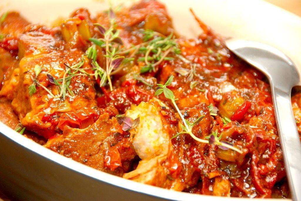Italiensk kødgryde med himmelsk sauce laves af marmoreret svinekød, og her er det nakkekoteletter. Det giver meget mørt kø, og en helt fantastisk sovs. Foto: Madensverden.dk.