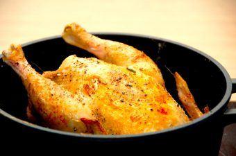 Kylling i gryde er grydestegt kylling med persille og en lækker brun sovs. Her med en økologisk kylling fra Gråsten Fjerkræ. Foto: Madensverden.dk.