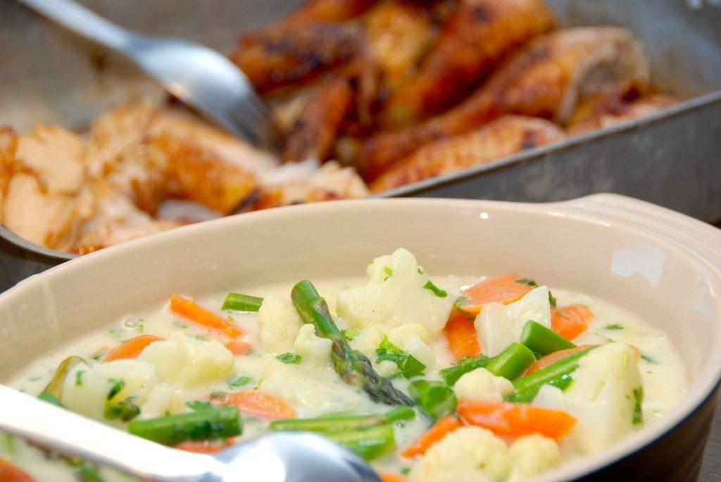 En lækker kylling med hvidløg og grøntsagsfrikasse, der laves med blomkål, asparges og gulerødder. Foto: Guffeliguf.dk.