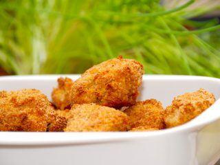 Du kan nemt lave dine egne kyllingenuggets i ovn, som både smager godt og er nogenlunde sunde. Disse nuggets er lavet af ren kyllingekød fra brystfilet. Foto: Madensverden.dk