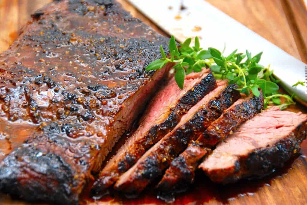 Madplan uge 18 er din inspiration til hovedmåltiderne hele ugen. Du kan blandt andet lave en karrykylling, men også en lækker flap meat, som du kan se på billedet. Foto: Madensverden.dk.