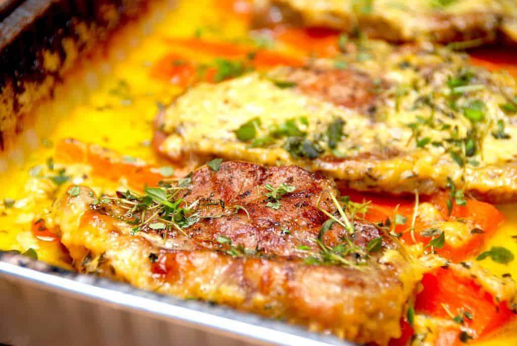 Meget møre nakkekoteletter i sennepssovs, der laves i enten grill eller ovn. Og dte giver en super dejlig sovs. Foto: Madensverden.dk.