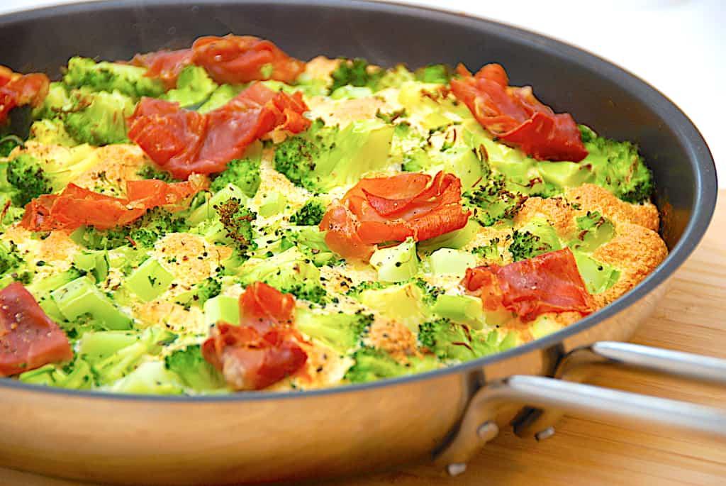 Luftig omelet i ovn med broccoli og skinke