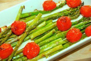 Ovnbagte grønne asparges og tomater