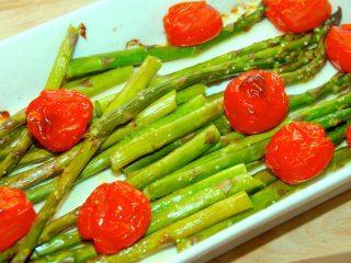 Det er meget nemt at lave ovnbagte grønne asparges og tomter. Bagetiden er cirka 15 minutter. Foto: Guffeliguf.dk.