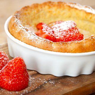 Ser det ikke bare dejligt ud? Pandekager i ovn med jordbær, og det er en ret nem dessert, der passer sig selv i ovnen. I stedet for jordbær kan du anvende andre bær såsom blåbær, brombær eller hindbær. Foto: Madensverden.dk.