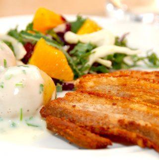 Danmarks nationalret er pandestegt flæsk med persillesovs og appelsinsalat. Den friske salat giver et godt modspil til det salte flæsk, og persillesovs og kartofler hører sig naturligvis til. Foto: Guffeliguf.dk.