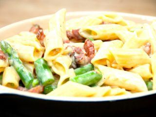 Pasta penne med fløde og bacon er en meget simpel, men særdeles lækker pastaret, der også indeholder grønne asparges. Fløden tyknes ved hjælp af pasteuriserede æggeblommer. Foto: Guffeliguf.dk.