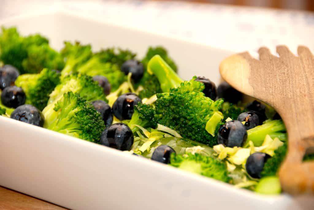 Salat med blåbær, spidskål, broccoli og spinat