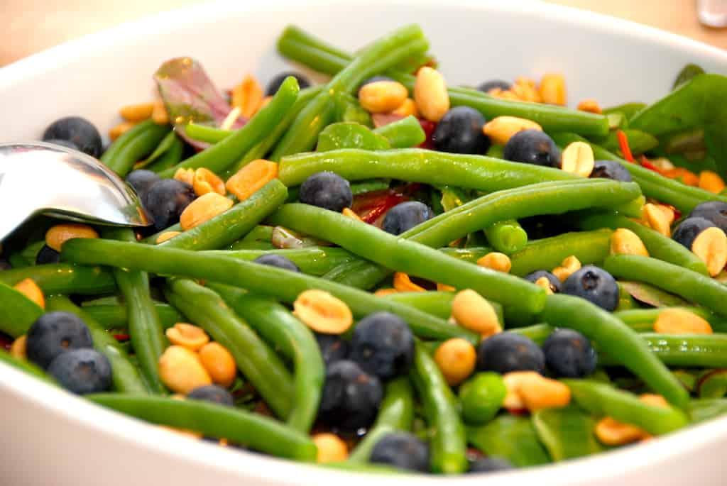 Salat med bønner, blåbær og peanuts