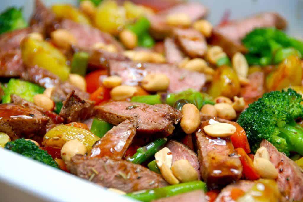 Salat med kalvekoteletter, broccoli, asparges og ovnbagte kartofler er skøn aftensmad, hvor hele salaten med kalvestrimler samles i et fad, som kan sættes direkte på bordet. Foto: Madensverden.dk.