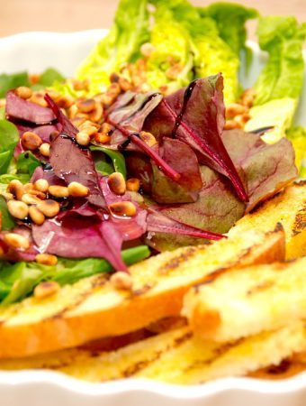 En virkelig lækker salat med pinjekerner og god dressing. Brug forskellige slags salater, hvor jeg her blandt andet har brugt feldsalat og romainesalat. Foto: Madensverden.dk.