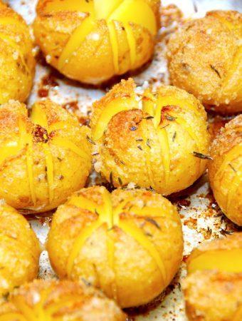 Nem opskrift på hasselback kartofler med rasp