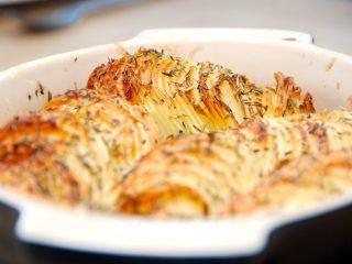 Den kunne godt blive din livret. Sprøde kartofler i fad med krydderurter er virkelig lækkert tilbehør, der samtidig er meget dekorativ. Foto: Madensverden.dk.
