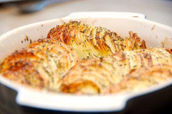Sprøde kartofler i fad med krydderurter