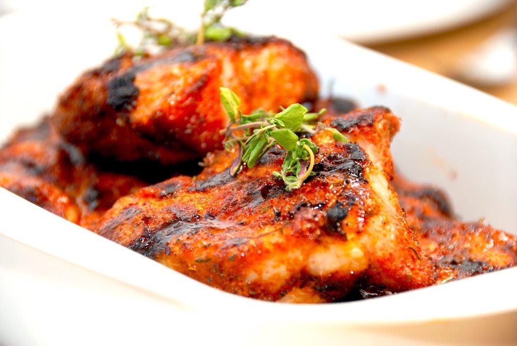 Grillede nakkekoteletter med hjemmelavet rub er en god opskrift, der giver dig virkelig møre koteletter med masser af smag. Foto: Madensverden.dk